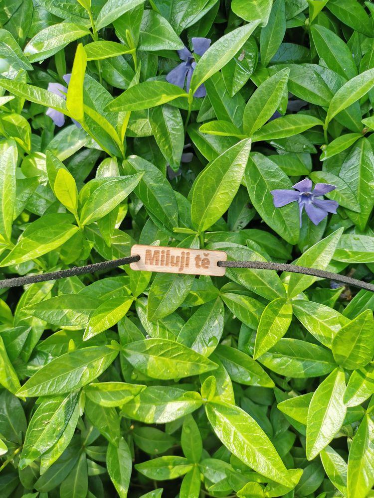 Dřevěný náramek na kůži - Miluji tě